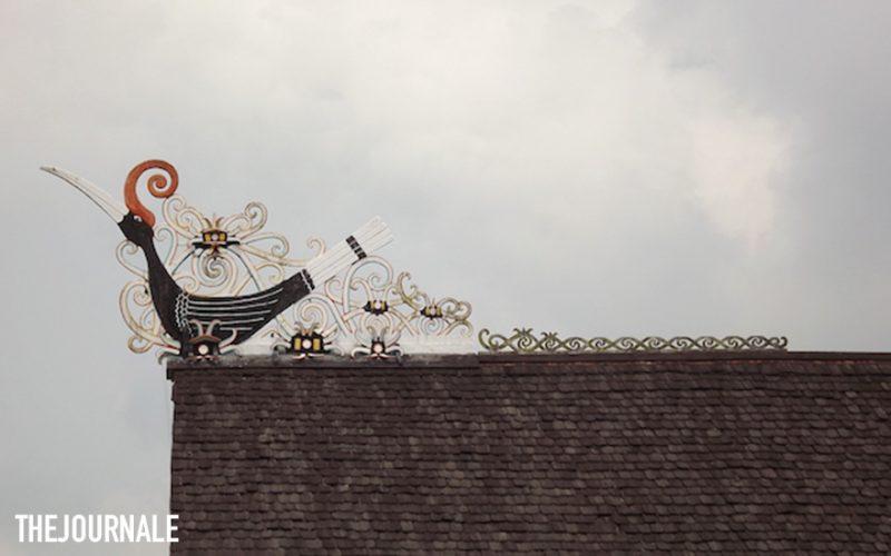 Ornamen di atas Rumah Lamin