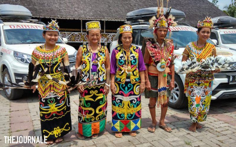 Para Suku Dayak Kenyah di Desa Pampang
