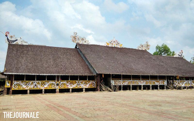 Rumah Lamin Suku Dayak Kenyah