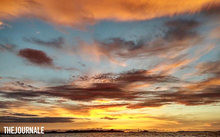 Pendaran cahaya matahari tenggelam di Pulau Panjang